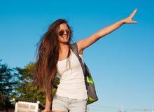 旅游蓝天太阳镜白色衬衣蓝色牛仔裤 库存照片