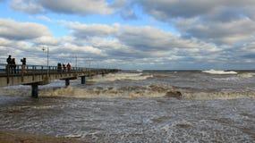 旅游观看的海波浪和五颜六色的雨云 图库摄影