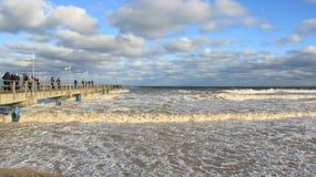 旅游观看的海波浪在新年 库存图片