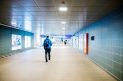 年轻旅游走在一个火车站隧道 库存图片