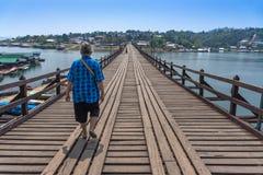 旅游走在Sangkhaburi桥梁, Kanchaburi,泰国 库存图片
