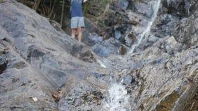年轻旅游远足者到达了瀑布 表达传播的手幸福和自由 目标达到 影视素材