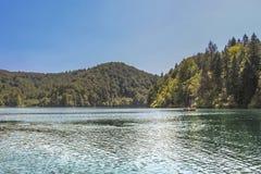 旅游采取在湖的小船乘驾在普利特维采湖群国家公园 库存照片