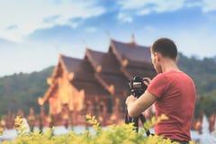 旅游采取照片普遍的旅游地标大菩萨泰国寺庙在日落 免版税库存图片
