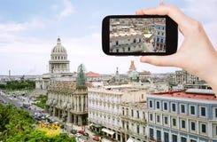 旅游采取的照片中心老哈瓦那 图库摄影