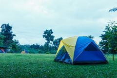 旅游野营的帐篷在多雨季节的草坪  库存图片