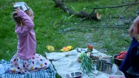 旅游阵营的一个小女孩在桌放置 股票视频