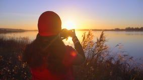 旅游青少年的拍摄女孩旅客女性的摄影师,做照片的女孩海滩湖 拍照片的妇女 股票录像