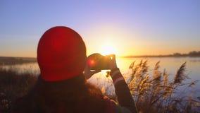 旅游青少年的拍摄女孩旅客女性的摄影师,做照片的女孩海滩湖 拍照片的妇女 影视素材
