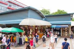 旅游购物在Chatuchak周末市场上 图库摄影