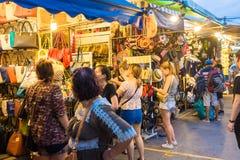 旅游购物在Chatuchak周末市场上 库存图片