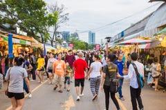 旅游购物在Chatuchak周末市场上 免版税图库摄影
