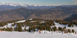 旅游滑雪胜地在春天 库存照片