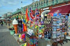 旅游souvernirs在布赖顿海滩和木板走道的待售 库存图片