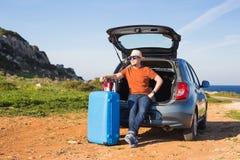 旅行、假期、夏天旅行和人概念-人去休假,在汽车的后车箱的手提箱 免版税库存照片