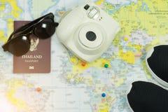 旅行、太阳镜、鞋子、护照和照相机的C辅助部件 免版税库存照片