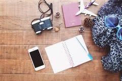 旅行、手机、双筒望远镜、护照和b的准备 免版税库存照片