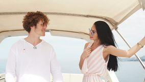 旅行、seatrip、友谊和人概念-朋友坐游艇甲板 股票视频