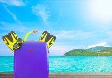 旅行与五颜六色的手提箱和存取机构的夏天的概念 免版税库存图片