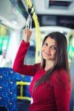 旅行与公开transp的一名年轻孕妇的画象 图库摄影