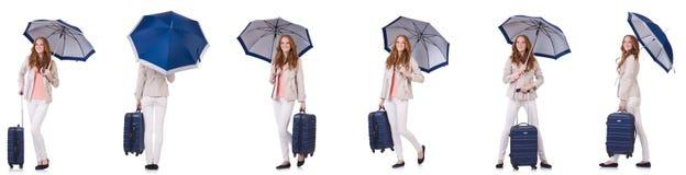 旅行与手提箱和伞的少妇隔绝在白色 库存图片