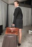 旅行与手提箱和公事包的女性厨师看  图库摄影