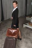 旅行与手提箱和公事包的女性厨师看  免版税库存照片
