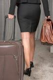 旅行与手提箱和公事包的女性厨师 免版税图库摄影