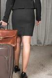 旅行与手提箱和公事包的女性厨师 库存照片