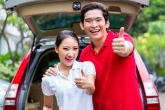 旅行与新的汽车的亚洲夫妇 免版税库存照片