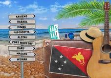 旅行与老手提箱和巴布亚新几内亚的夏天的概念 库存照片