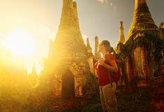 旅行与背包和神色的妇女背包徒步旅行者在的日落 库存图片