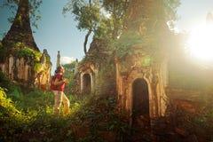 旅行与背包和神色的背包徒步旅行者在古老的日落 库存照片