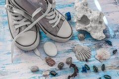 旅行与运动鞋和石头的stll生活在木板 库存照片