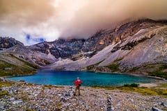旅行与雪山和湖背景在yading 库存照片
