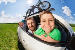 旅行与他的家庭的愉快的男孩画象 免版税库存图片