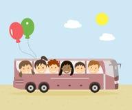 旅行乘公共汽车的孩子 免版税库存图片