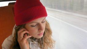 旅行乘公共汽车的年轻快乐的妇女在一哀伤的天 她看窗口 股票视频