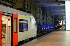 旅行乘在安特卫普中央驻地的火车的人的社论图片 免版税库存图片
