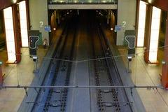 旅行乘在安特卫普中央驻地的火车的人的社论图片 库存图片