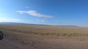 旅行乘在干草原中的汽车 股票录像