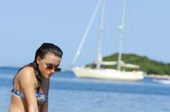 旅行乘在海岛中的小船的妇女 免版税库存图片