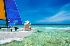 旅行乘在海岛中的小船的少妇 免版税库存照片