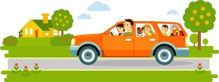 旅行乘在自然背景的汽车的愉快的家庭 免版税库存照片