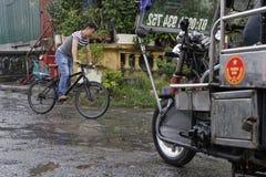 旅行乘在雨下的自行车 免版税库存照片