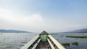 旅行乘在Asia湖的小船与美丽的天空和云彩的一次冒险的在背景中 库存照片