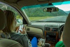 旅行乘在t山的汽车的两年轻美女  免版税库存图片