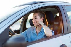 旅行乘汽车的妇女 免版税库存照片