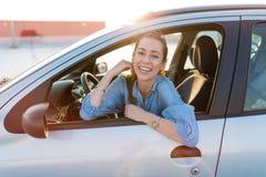 旅行乘汽车的妇女 免版税图库摄影