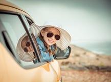 旅行乘汽车的小女孩 免版税库存图片